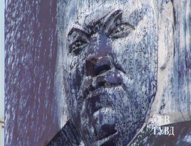 24.ago.2012 - Imagem sem datadivulgada nesta sexta-feira (24), mostra monumento em homenagem ao primeiro presidente da Rússia, Boris Yeltsin, vandalizado na cidade de Yekaterinburg, nos montes Urais. Vândalos cobriram o monumento com tinta azul e grafaram letras de seus nomes no pedestal