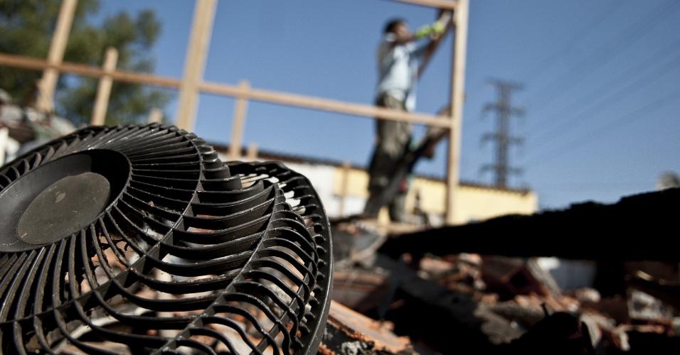 24.ago.2012 - Moradores da favela do Areão, atingida por um incêndio na última sexta-feira (17), limpam o terreno devastado pelo fogo e reerguem os alicerces das novas casas. A comunidade fica localizada nas proximidades da ponte dos Remédios, na marginal Pinheiros, em São Paulo