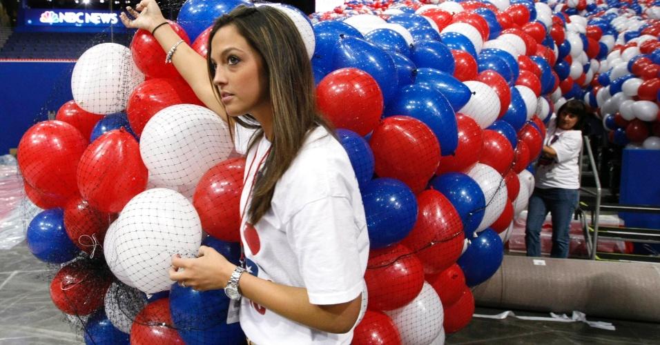 24.ago.2012 - Mulher arruma bexigas em salão que receberá a convenção do Partido Republicano, em Tampa, na Flórida