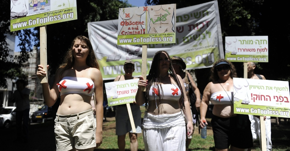 """24.ago.2012 - Mulheres israelenses promovem o """"dia nacional do topless"""" nesta sexta-feira (24), na cidade de Tel Aviv. O ato anual é um protesto a favor do direito da mulher andar de peito nu em locais públicos assim como os homens"""