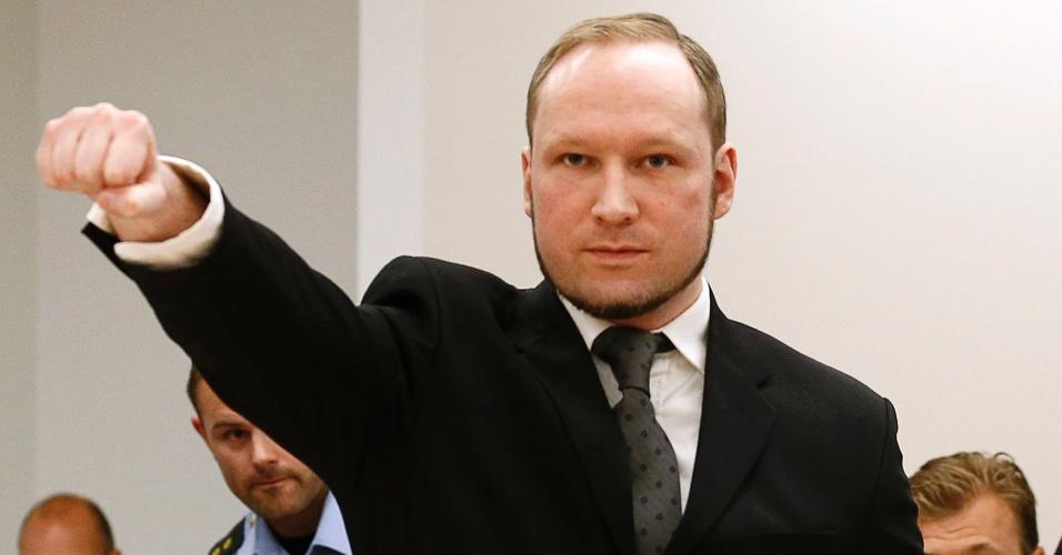 24.ago.2012 - O autor confesso do massacre que matou 77 pessoas na Noruega, no ano passado, Anders Behring Breivik, ergue o punho direito nesta sexta-feira (24), em uma saudação de extrema-direita, na corte de Oslo. O ultradireitista foi considerado penalmente responsável pelos ataques e recebeu pena máxima de 21 anos de prisão. A setença é prorrogável, já que, para a Justiça norueguesa, Breivik é considerado um perigo para a sociedade