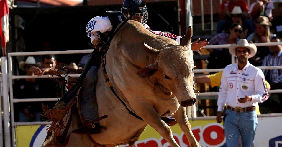 24.ago.2012 - Peão participa de prova de montaria na Festa do Peão de Barretos, no interior de São Paulo. O maior rodeio da América Latina termina neste final de semana