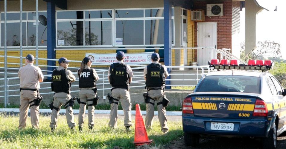 24.ago.2012 - Policiais rodoviários federais realizam protesto nesta sexta-feira (24), no posto rodoviário em Eldorado do Sul, região metropolitana de Porto Alegre (RS). A categoria rejeitou a proposta de 15,8% em três parcelas, até 2015