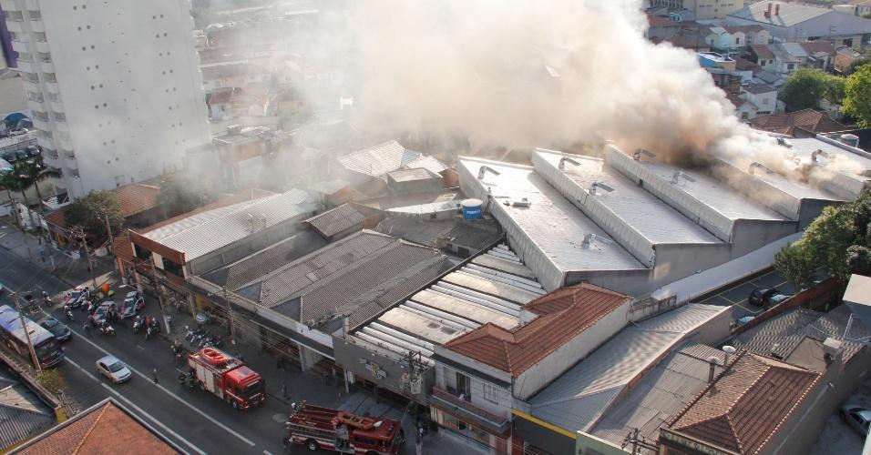 24.ago.2012 - Um incêndio atingiu o galpão de uma casa noturna localizada rua Butantã, em Pinheiros, zona oeste de São Paulo, na tarde desta sexta-feira (24). De acordo com informações do Corpo de Bombeiros, não houve vítimas
