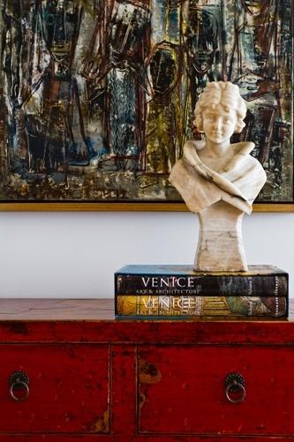 A composição do hall de entrada confere um charme especial ao living, onde a cômoda de madeira da Beach Country sustenta o busto francês do século 19 e a tela da artista plástica argentina Rosário Morena. A reforma e a decoração do apê Rio são assinadas por Oscar Mikail