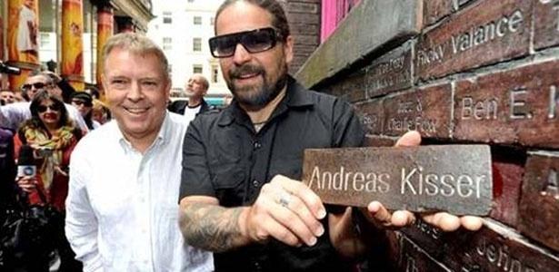 Andreas Kisser, do Sepultura, ganha tijolo no Muro da Fama em Liverpool, na Inglaterra