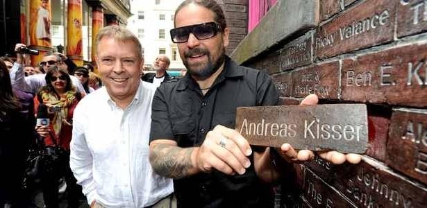Andreas Kisser, do Sepultura, ganha tijolo no Muro da Fama em Liverpool, na Inglaterra Andreas Kisser Sepultura '