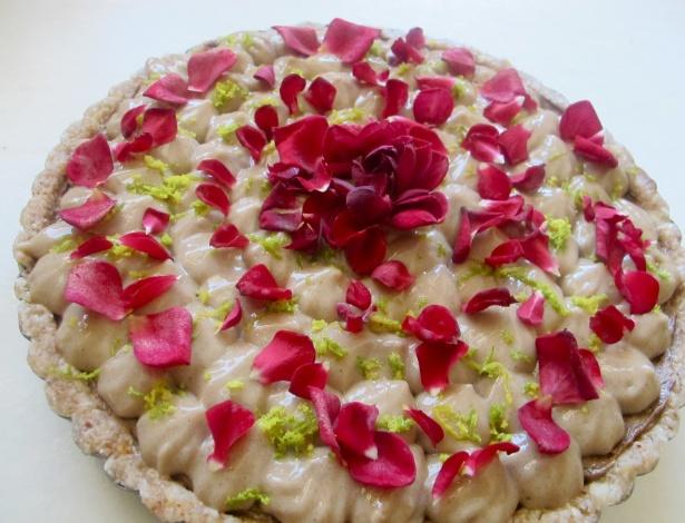 Cheescake de baunilha e cardamomo com chantily de rosas, da chef Manuela Scalini, exemplo de comida viva