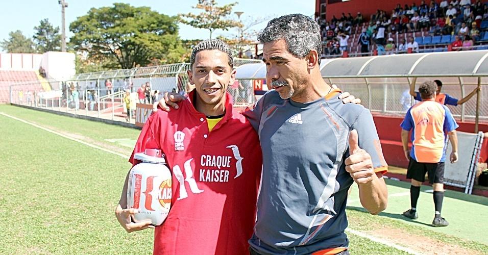 Fábio, do Ouro Preto, craque do jogo contra o Cantareira, e Natalino, pai do atacante Leandro Damião