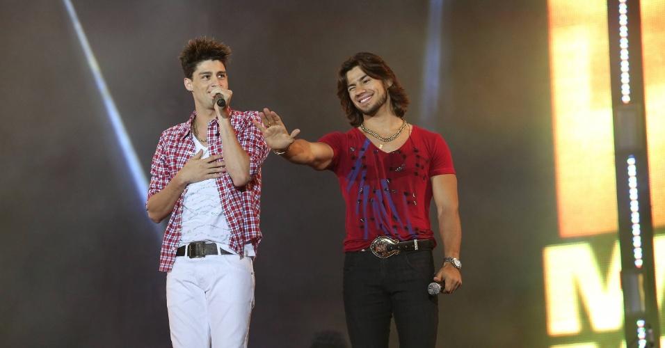 Munhoz e Mariano falam com a plateia durante sua apresentação da Festa do Peão (23/8/12)
