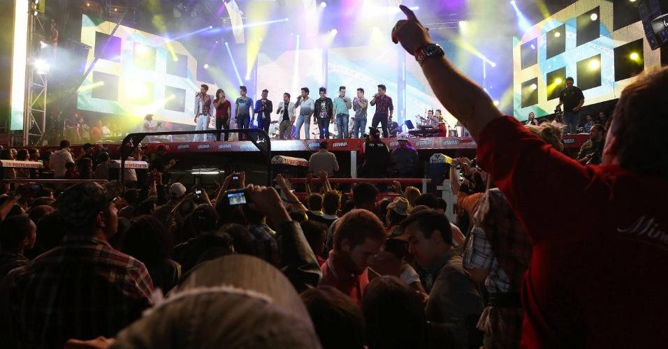 """Os artistas que se apresentaram no """"Para Noooooossa Alegria in concert"""" agradecem ao público (24/8/12)"""
