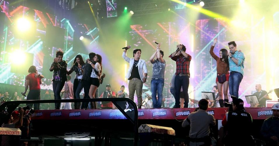 """Os artistas que se apresentaram no """"Para Noooooossa Alegria in concert"""" dançam no palco ao final do show (24/8/12)"""