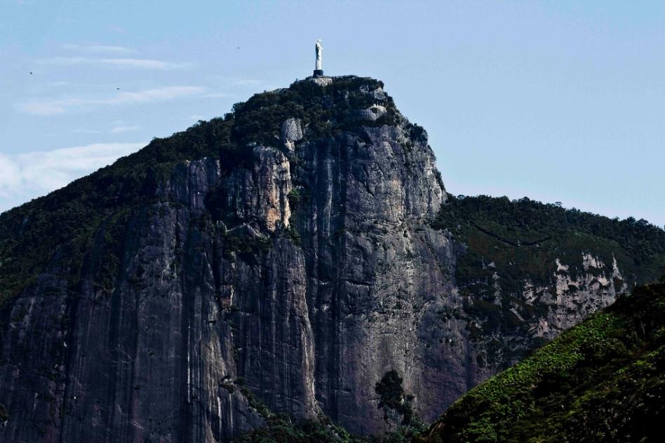 Oscar Mikail comprou, reformou e decorou um apartamento de 109 m² no Rio de Janeiro. O imóvel dos anos 1960, apesar de não possuir varanda, tem janelões com vista para o Cristo Redentor