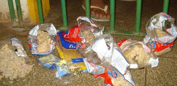 Sacos plásticos com alimentos são deixados do lado de fora da cela para refeição de presos no Piauí