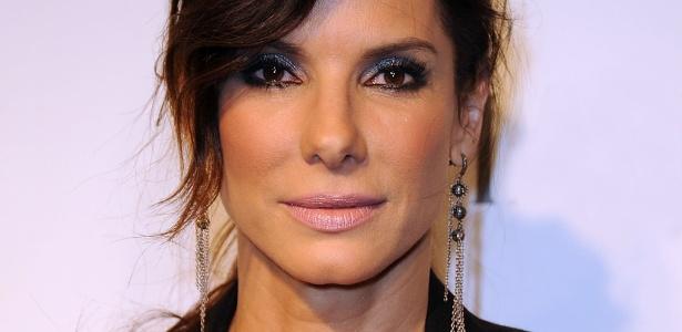 Sandra Bullock é adepta da sombra cinza e variações do tom para compor a maquiagem