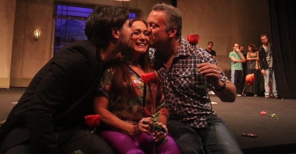 Susana Vieira recebe os parabéns do noivo, Sandro Pedroso, e do filho