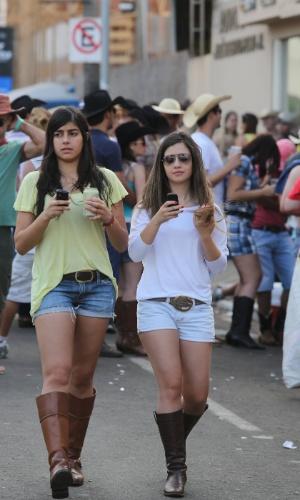 25.ago.2012 - A Festa do Peão de Barretos, no interior de São Paulo, que teve início na noite de quinta-feira (16), atrai jovens de várias cidades da região, que aproveitam a festa para ''azarar'' quem está solteiro