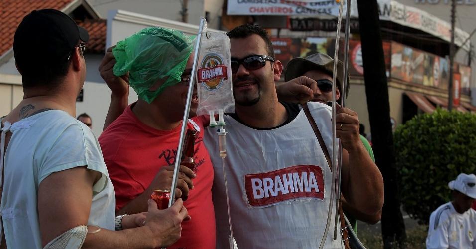 """25.ago.2012 - Participantes da Festa de Barretos se vestem de """"doentes"""" e utilizam cerveja como soro"""