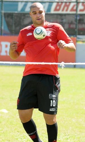 Adriano treina controle de bola e lembra a velha habilidade do Imperador