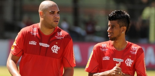 Ao lado de Leonardo Moura, Adriano participa de treinamento do Flamengo na Gvea