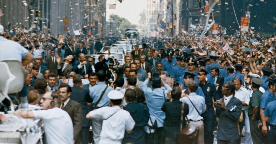 Cidade de Nova York recepciona a tripulação da Apollo 11. No carro (central da imagem) estão, da direita para a esquerda, Neil A. Armstrong, Michael Collins e Buzz Aldrin