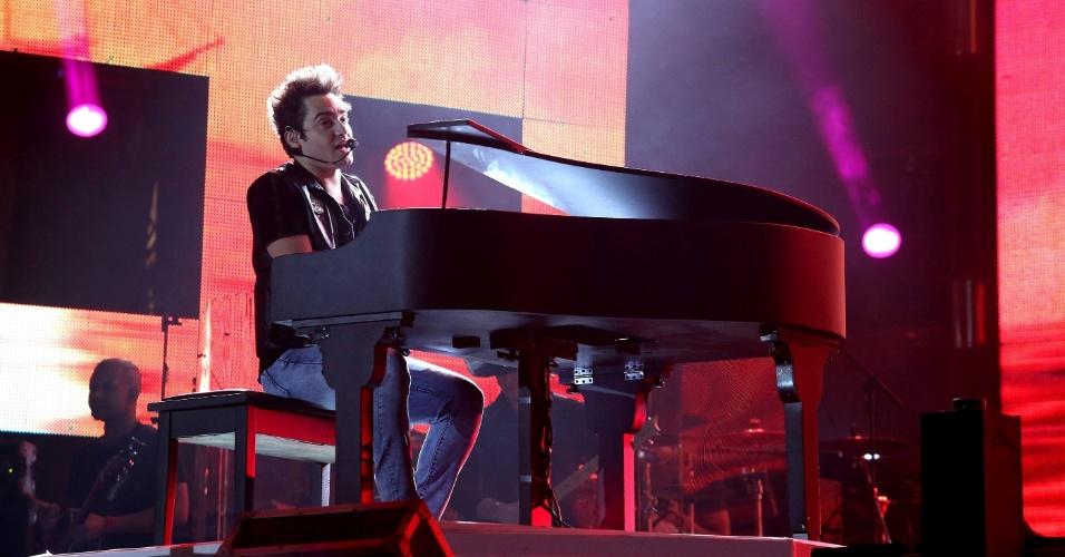 """Fernando ao Piano no show de Fernando & Sorocaba em Barretos, onde cantaram sucessos como """"Madri"""" (25/8/12)"""