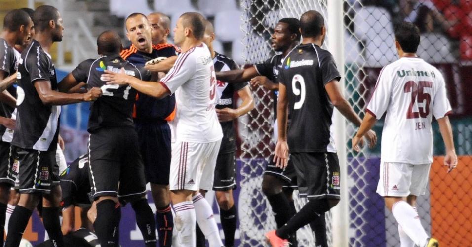 Jogadores de Vasco e Fluminense se desentendem em confusão dentro da grande área