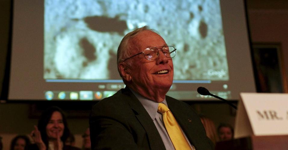 Neil Armstrong, comandante da missão Apollo 11 e primeiro homem a pisar na lua, sorri durante apresentação em Washington ao explicar detalhes da missão em setembro de 2011. Em agosto de 2012, o astronauta passou uma cirurgia no coração