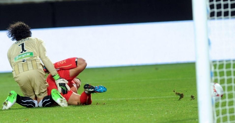 No jogo entre Valenciennes x Ajaccio, pelo Campeonato Francês, o goleiro Ochoa tentou impedir o gol do atacante Nery de forma no mínimo curiosa, mas não conseguiu (25/08/2012)