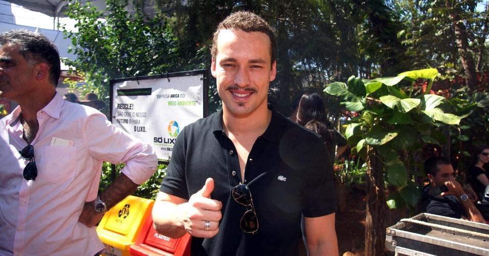 O ator Rodrigo Andrade participa da tradicional queima de alho em Barretos/SP (25/8/12)