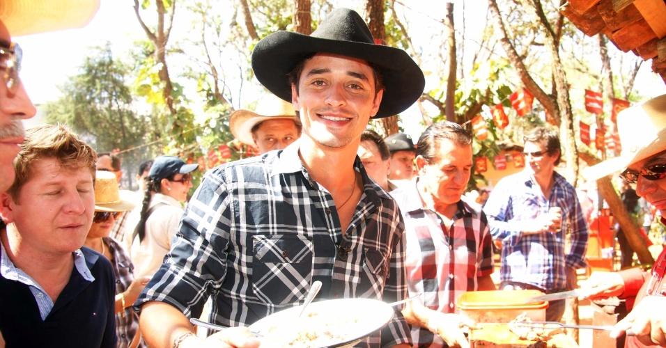 """O ganhador """"Big Brother Brasil 12"""", Fael, curte a tradicional queima de alho em Barretos/SP (25/8/12)"""