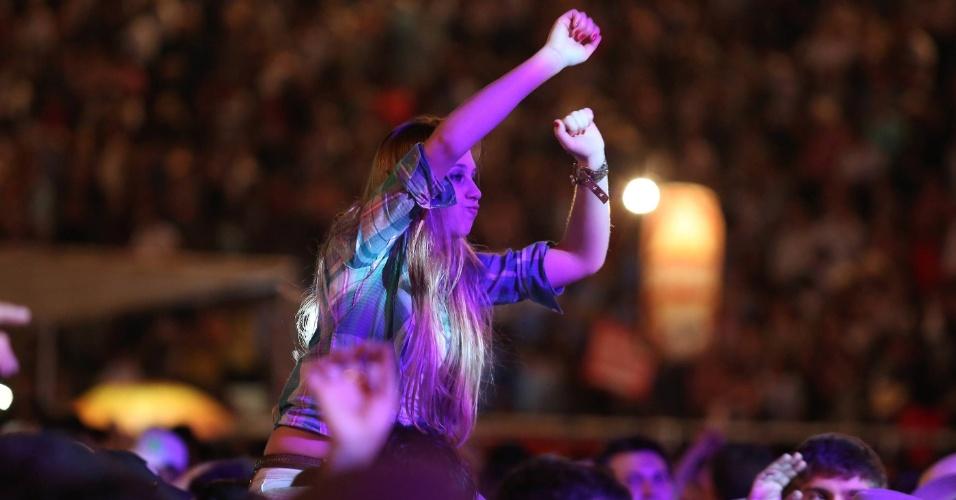 Plateia se diverte durante a apresentação de Fernando & Sorocaba na Festa do Peão de Barretos (25/8/12)