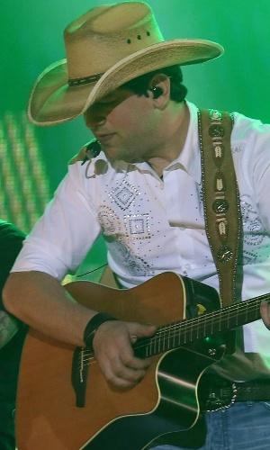 Sorocaba toca junto de um integrante da banda durante sua apresentação na 57ª Festa de Peão de Barretos (25/8/12)