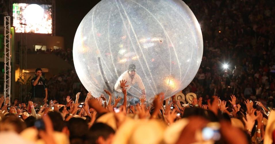 Sorocoba se aventura em uma bola gigante sobre a plateia durante sua apresentação em Barretos (25/8/12)