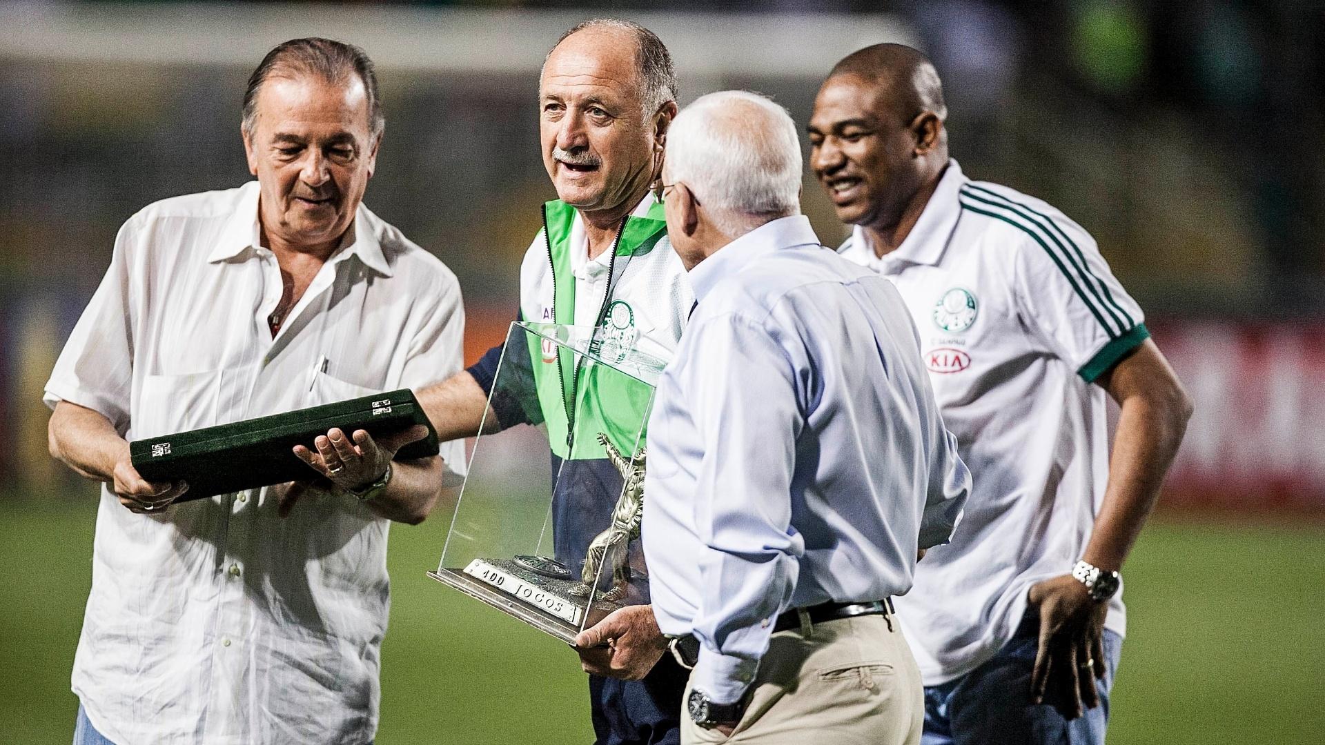 Técnico Felipão recebe homenagem antes do clássico contra o Santos, o jogo de número 400 em sua passagem pelo Palmeiras