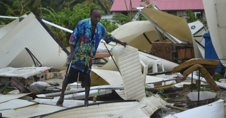 25.ago.2012 - Morador caminha pelos restos de um acampamento no Haiti que havia sido construído para pessoas que perderam suas casas durante a tempestade tropical Isaac