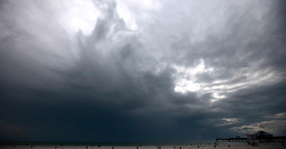 25.ago.2012 - Nuvens de tempestade começam a surgir no mar em Clearwater, na Flórida. Moradores de Tampa (EUA) esperam a chegada da tempestade tropical Isaac, que já causou estragos no Haiti, República Dominicana e Cuba