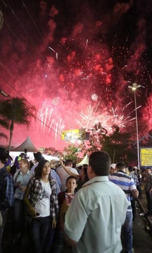 25.ago.2012 - Participantes da Festa do Peão de Barretos, no interior de São Paulo, observam fogos de artifício antes do início da prova de montaria