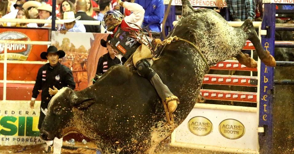 25.ago.2012 - Peão participa de prova de montaria na Festa do Peão de Barretos, no interior de São Paulo. Participam da competição internacional de rodeio representantes do Brasil, México e EUA