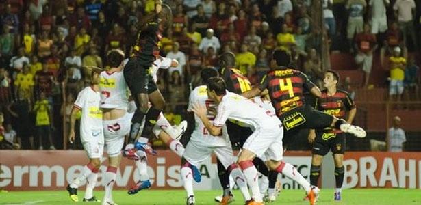 Atletas de Sport e Náutico brigam para alcançar a bola durante empate na Ilha do Retiro