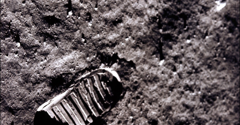 Foto tirada do Apolo 11 Módulo lunar mostra as pegadas dos astronautas Neil A. Armstrong e Edwin E. Aldrin, os primeiros a pisarem na superfície lunar