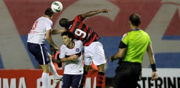 Jogadores de Bahia e Atlético-GO disputam bola aérea durante empate no Pituaçu