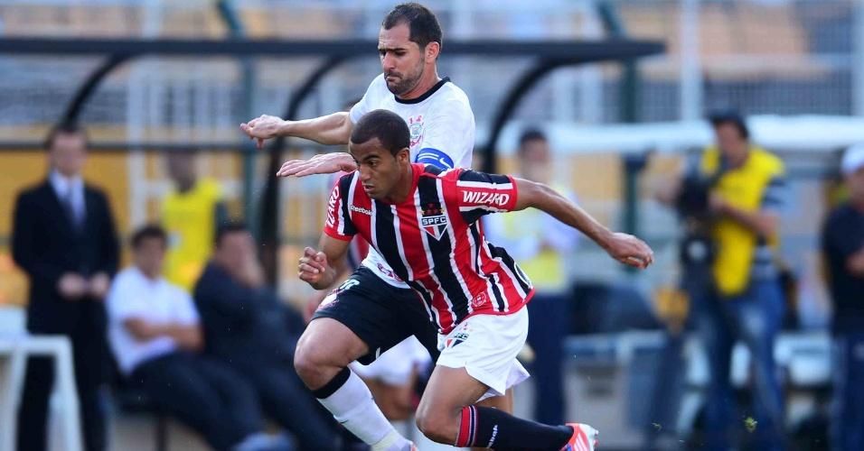 Lucas, do São Paulo, disputa bola com o meia do Corinthians, Danilo, durante clássico no Pacaembu