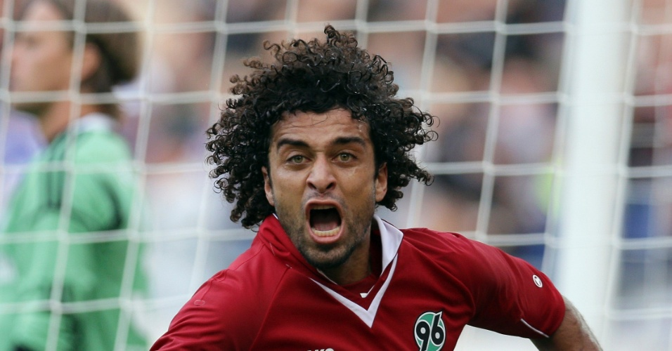 26.ago.2012 - O brasileiro Felipe, do Hannover, comemora gol marcado na partida contra o Schalke 04, empatada em 2 a 2, pelo Campeonato Alemo