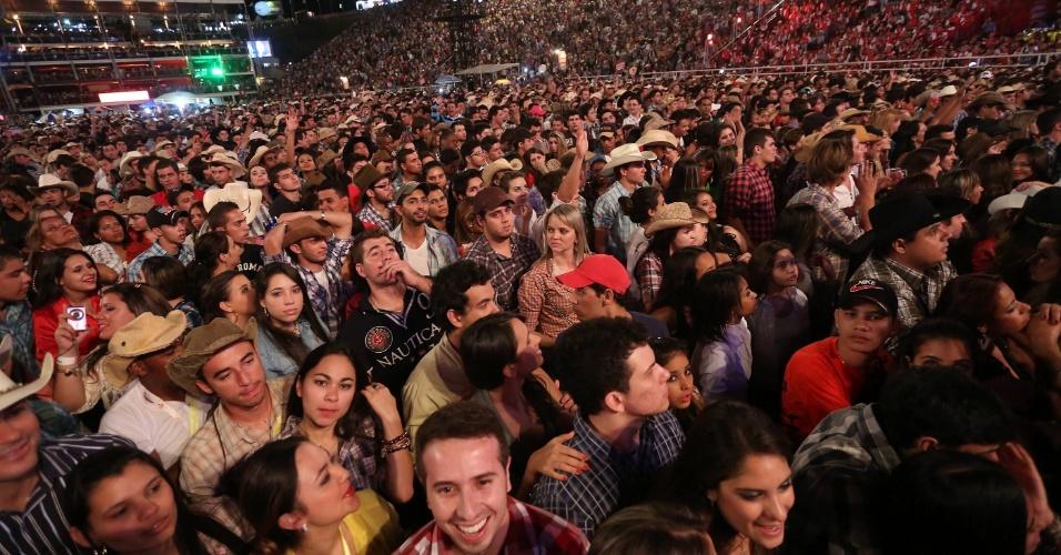 Público se reúne para assistir à apresentação de Jorge & Mateus no palco Esplanada (26/8/12)