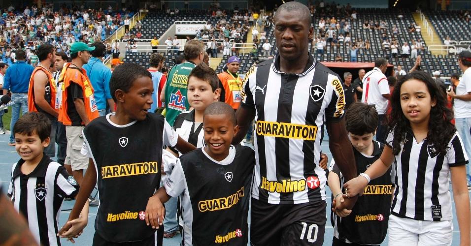 Seedorf comanda cordão de garotos na entrada do Botafogo