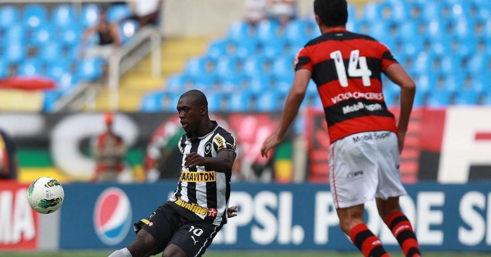 Seedorf tenta lançamento em profundidade para o ataque do Botafogo