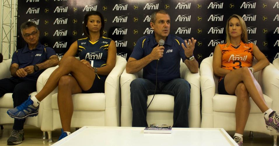 Técnico Zé Roberto dá entrevista no lançamento do time feminino do Vôlei Amil
