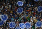 Polcia escoltar torcida do Cruzeiro e pede para torcedor ir  paisana