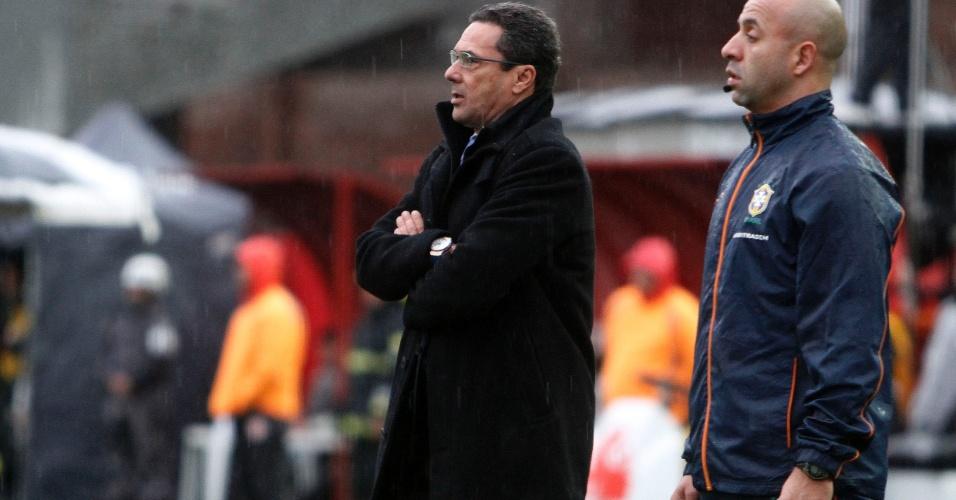 Vanderlei Luxemburgo, técnico do Grêmio, comanda o time no Gre-Nal